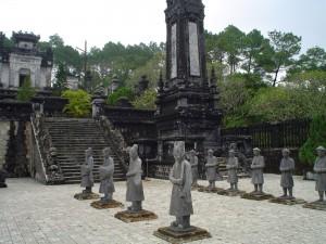 Estatuas_patio_tumba_Khai_Dinh_Hue